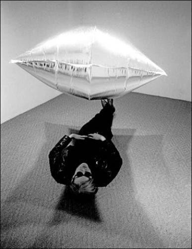 Andy Warhol (1928-1987), Sous Silver Cloud, lors de son exposition à la Ferus Gallery, Los Angeles, 1965