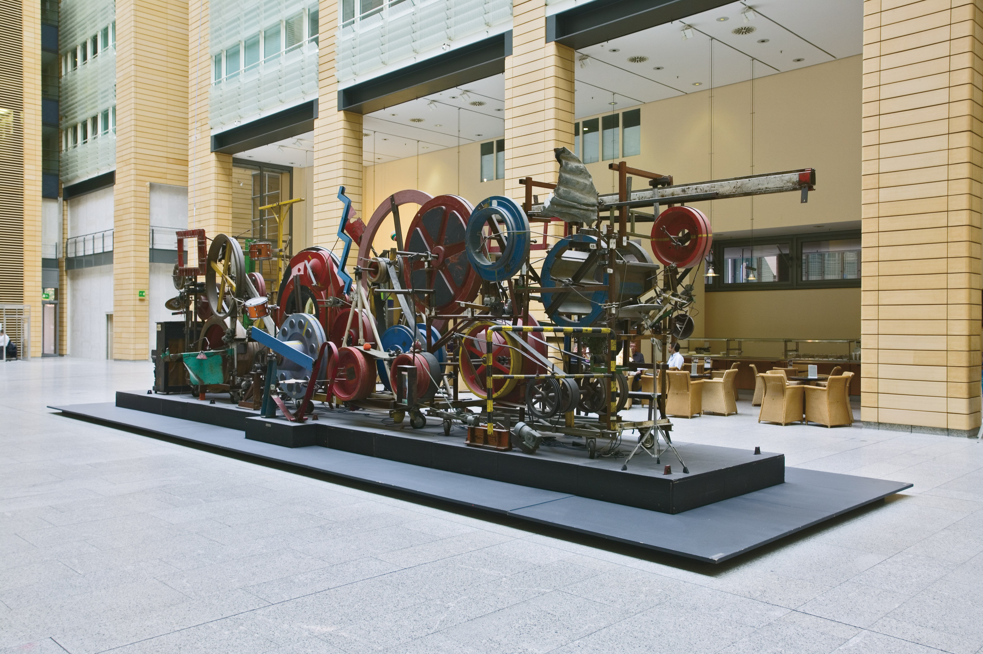 Jean Tinguely Méta-Maxi 1986 Fer, bois, moteur et objets variés 3,4 x 12 x 4,3 m Daimler Art Collection, Stuttgart/Berlin Photographie Daimler Art Collection, Stuttgart/Berlin
