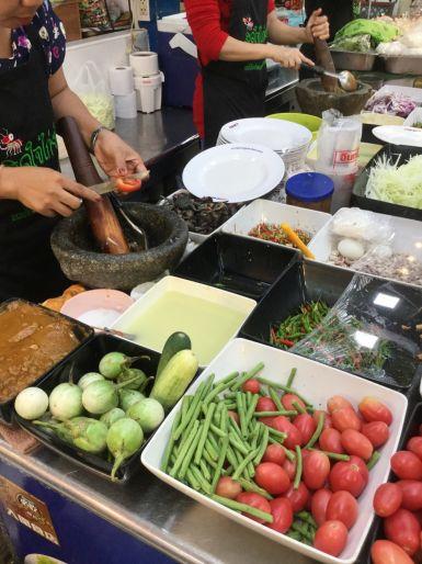Thailandia-Huang-Mai-Market-bancarella-insalata-di-mango-papaya-verde