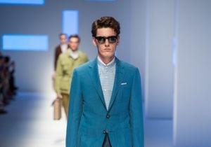 La camicia con collo alla coreana nella moda uomo per l'estate 2016