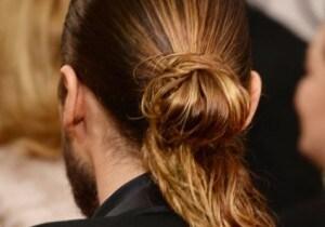 Uomo: 5 consigli per raccogliere i capelli lunghi