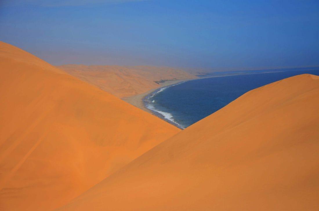Namib Desert con l'oceano sullo sfondo