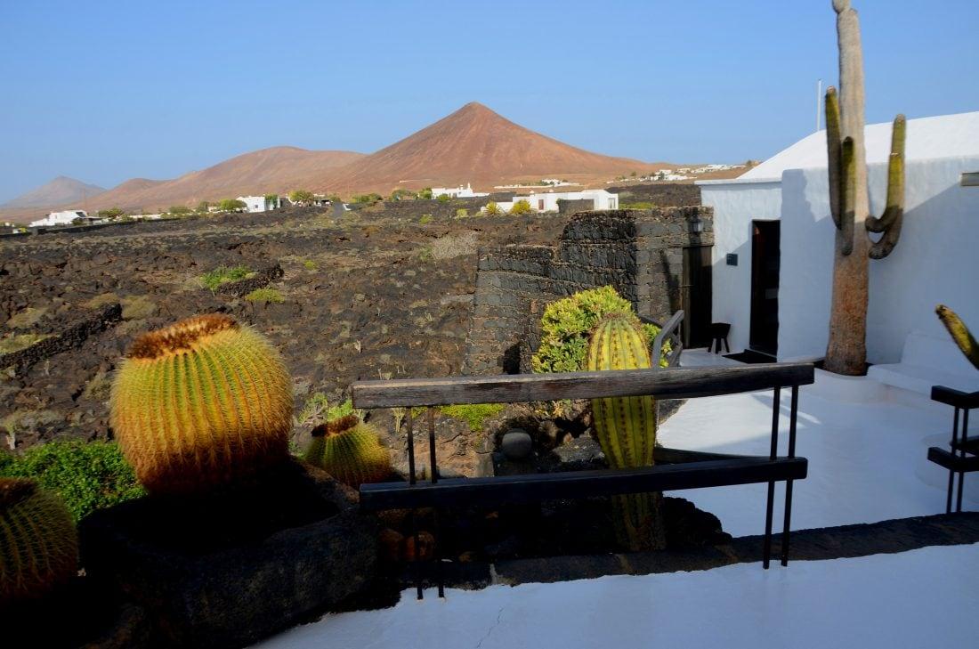Fondazione Caesar Manrique esterno con vista del vulcano