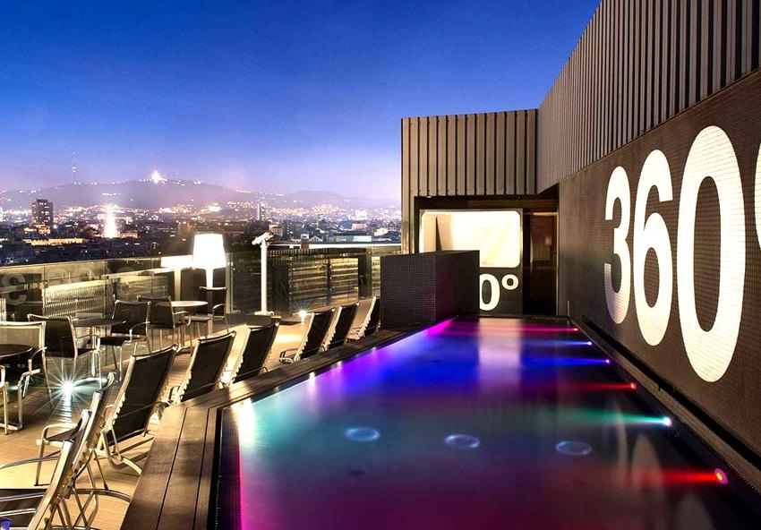 La piscina dell'Hotel Barcelò Raval