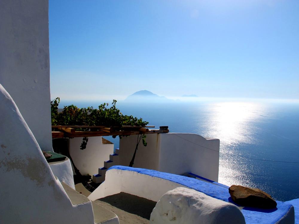 Le case di Alicudi guardano Stromboli