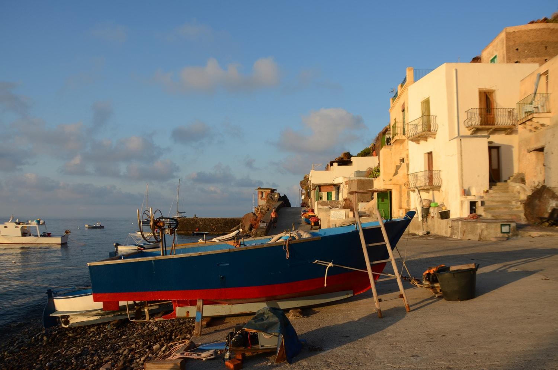 Il borgo di Alicudi al mattino