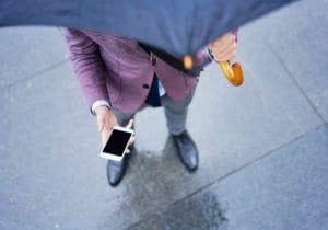 Come vestirsi quando piove senza rinunciare allo stile