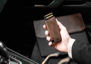 Smart wallet da uomo: quattro modelli sottili ed eleganti